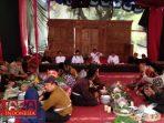 Para Mpu Desa Aeng Tongtong, saat melakukan prosesi penjamasan sembilan keris pusaka di Asta Bujuk Agung.