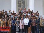 Presiden Jokowi saat foto bersama seusai pertemuan dengan puluhan cendekiawan dan budayawan di Istana Merdeka, Jakarta. Kamis (26/9).